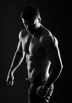 완벽한 복근을 가진 젊은 남자의 근육질과 섹시한 몸통.