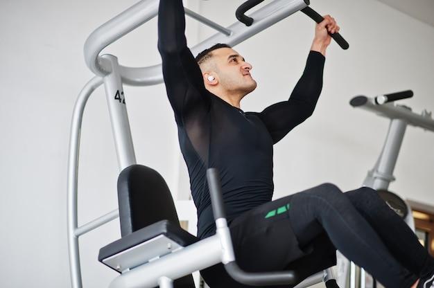 現代のジムでトレーニングする筋肉のアラブ人。