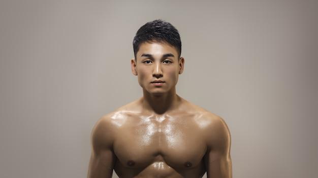 스튜디오에서 실내 근육 아시아 남자