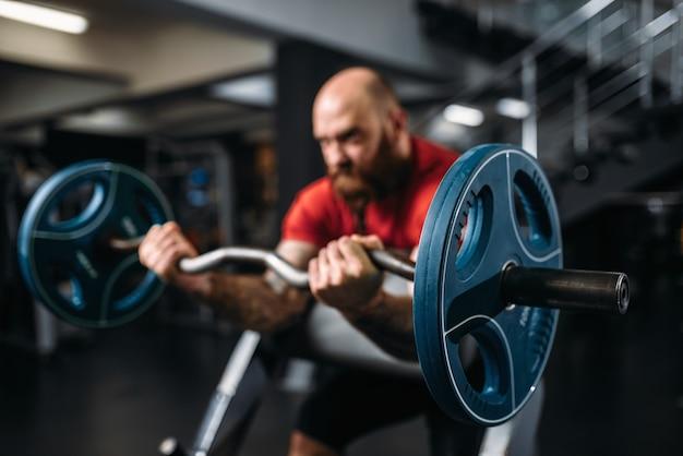 バーベルで運動をしている筋肉の運動選手