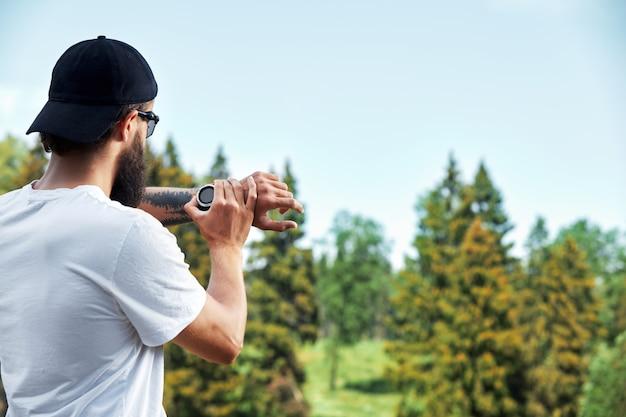 日当たりの良い公園の外で素晴らしい運動をしている筋肉アスリート。