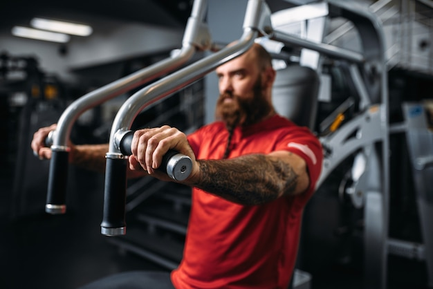 ジムでのエクササイズマシンで筋肉の運動選手