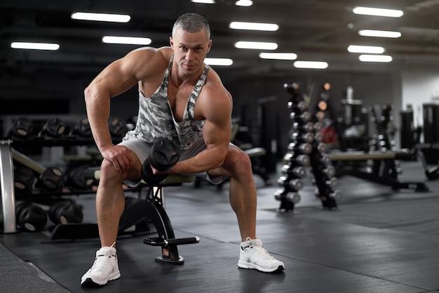 근육 운동 보디 빌딩 피트니스 모델 앉아 벤치 훈련 팔뚝 리프트 아령
