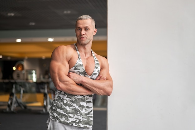 근육 운동 보디 피트니스 모델 서 체육관