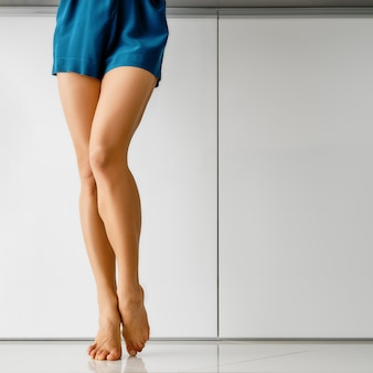 흰색 대리석 배경 위에 근육 맨발 여성 다리