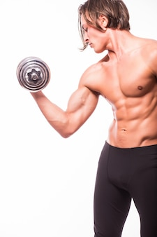 흰 벽 위에 절연 아령으로 운동을하는 근육 보디 사람