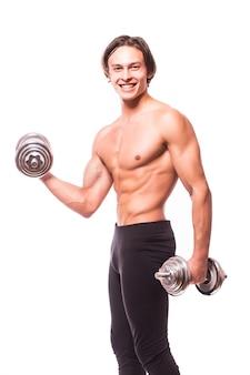 Парень мускулистого культуриста делает упражнения с гантелями, изолированными над белой стеной