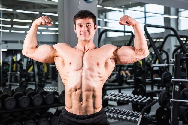 ジムの筋肉ボディービルダーの男