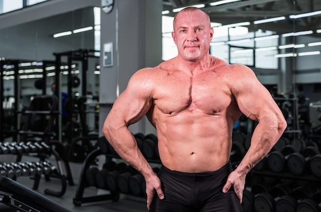 체육관에서 근육 보디 사람
