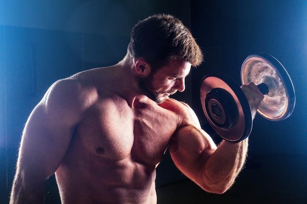 Мускулистый культурист мужской фитнес-модель идеальные мышцы