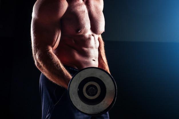 근육질의 보디빌더 남성 피트니스 모델 완벽한 근육