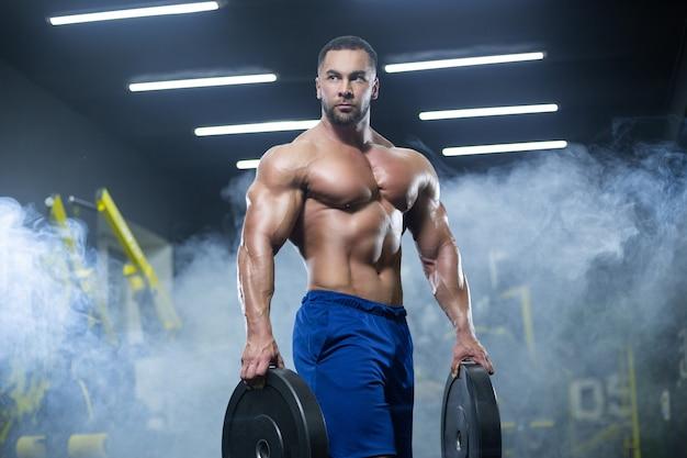 筋肉のボディービルダーのトレーニング