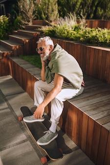 彼の屋外の休息を楽しんでいる筋肉質の白人男性
