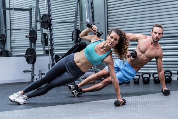 側板をしている筋肉のカップル