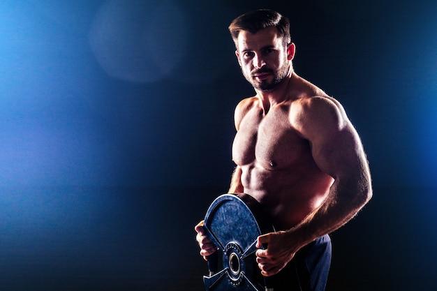 근육질의 피트니스 남자 골동품 동상 완벽한 근육 식스 팩