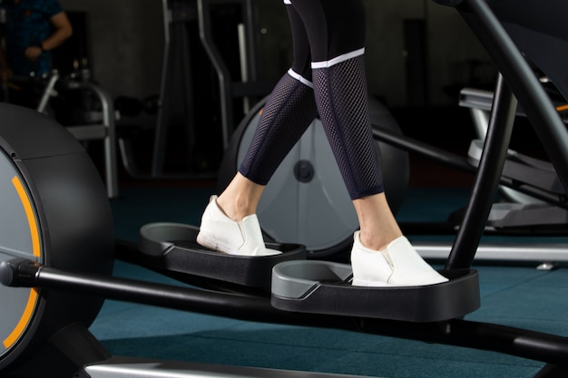 筋肉フィットネス女性運動健康的なライフスタイル