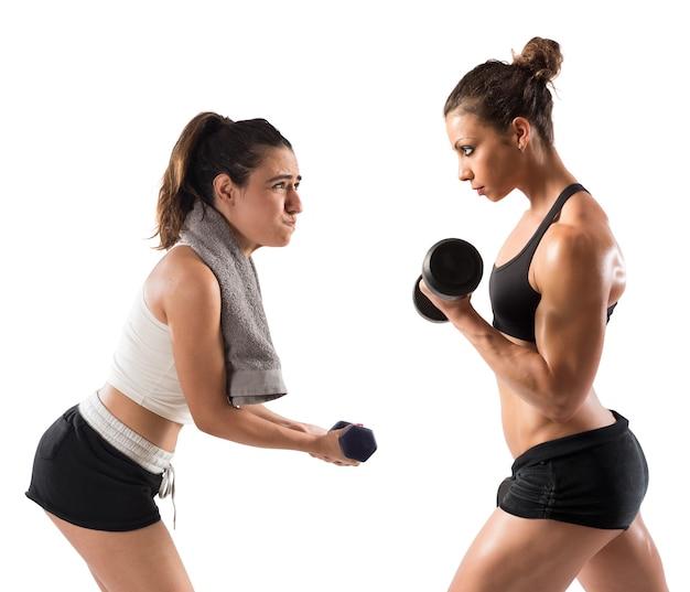 筋肉質の女の子が不器用な女の子と一緒に訓練する