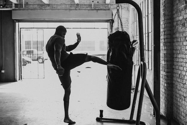 ジムで筋肉質の男性ボクサー