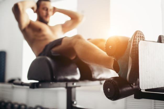 운동을 하 고 운동하는 근육 질의 남자