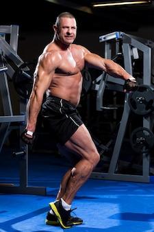 ジムで筋肉の男