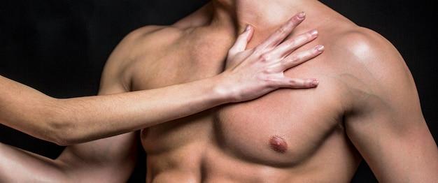 Мускулистый мужчина, голый мужчина, здоровый мускулистый парень, мужчина с торсом. атлетичный европеоид, сексуальный мачо. мускулистый атлетичный сексуальный мужчина, голый торс. сексуальный мужчина с мускулистым телом и голым торсом.