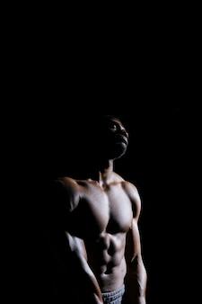 目を閉じて立っている筋肉の男
