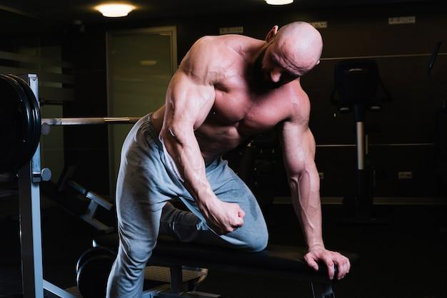 체육관에서 훈련하는 근육 남자