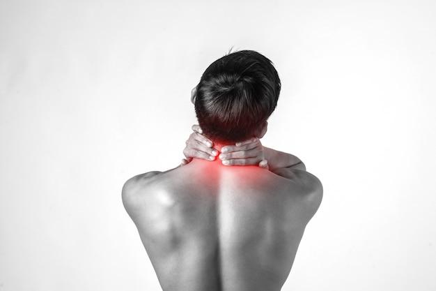 근육 남자는 흰색 배경에 고립 된 통증을 완화하기 위해 목에 핸들을 사용합니다.