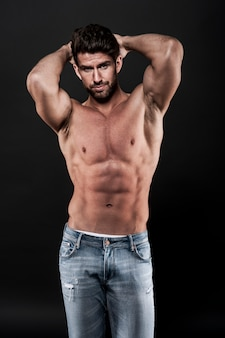 ジーンズを着ている筋肉質の男