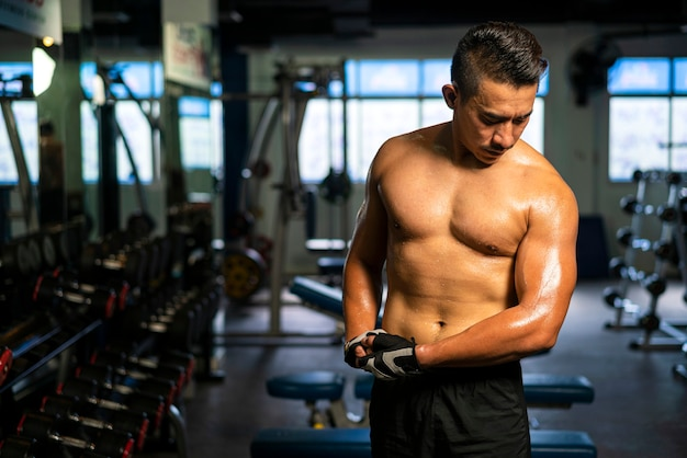 피트니스 체육관에서 보디 빌딩 운동을 위해 운동을 하 고 운동복 체중을 입고 근육 남자