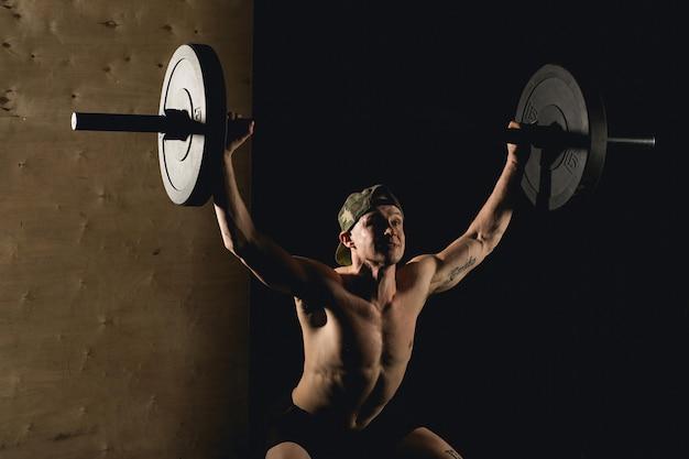 바벨 수염 기차 근육 남자 체육관에서 머리 위로 제기
