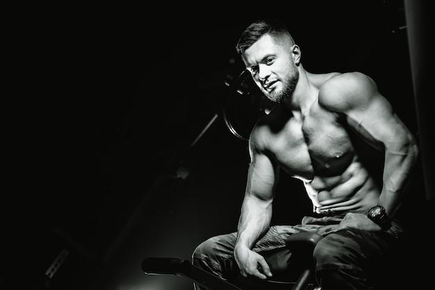 ジムの筋肉モデルの若い男。