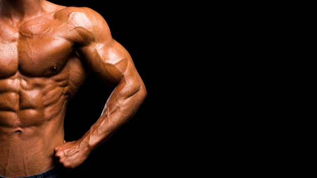 검은 벽에 근육 모양 남성 몸통