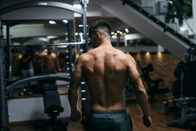 체육관에서 포즈 근육 shirtless 남자