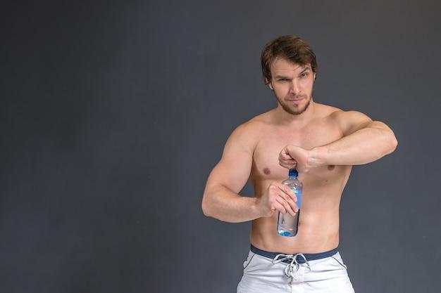 筋肉の強い運動ボディービルダー