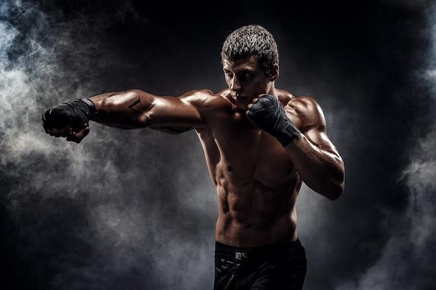 권투 장갑에 근육 질의 토플리스 전투기