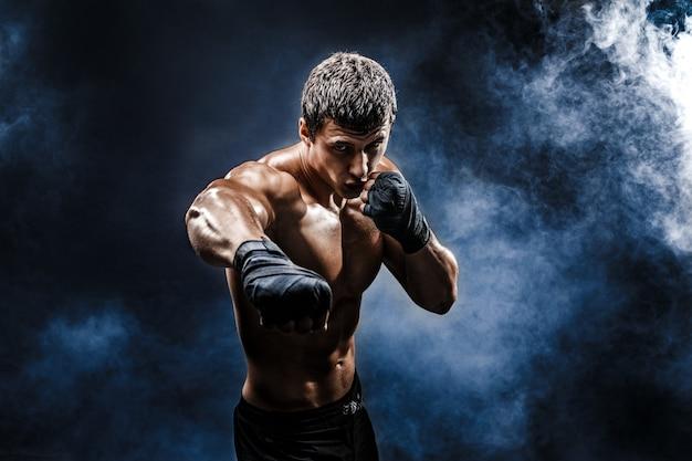 ボクシンググローブの筋肉のトップレス戦闘機