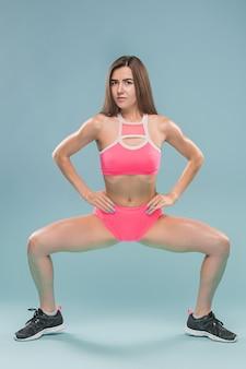 Giovane atleta femminile muscolare in posa