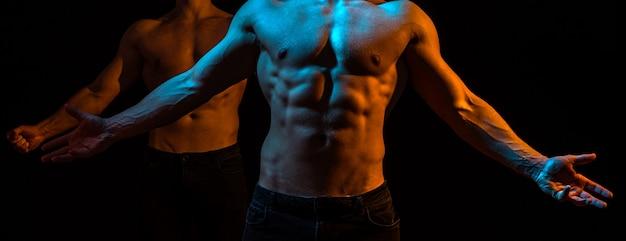 Мускулистый молодой человек в черной майке, показывающий пресс, мужчины, пресс, фитнес, мышцы живота, мужчина, шесть пакетов