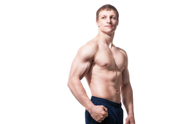 白い背景の上のスタジオの筋肉の若い男は、さまざまな動きと体の部分を示しています