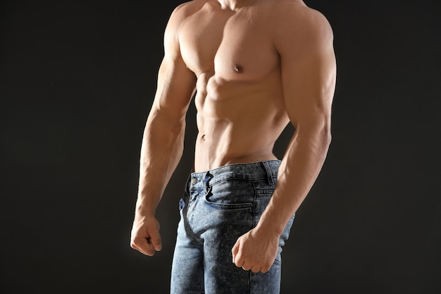 黒の筋肉の若い男