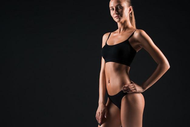 黒の筋肉の若い女性アスリート