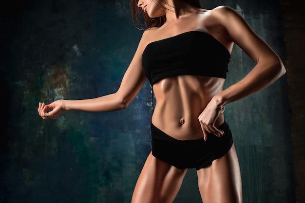 黒の筋肉の若い女性の運動選手