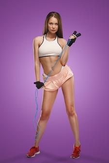ポーズ筋肉の若い女性アスリート