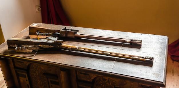 古い銃、古代の鎧の保管庫、ヨーロッパのある博物館。
