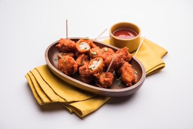 キノコ65、インドからのスターターまたは前菜料理のレシピ。ケチャップと一緒に皿に盛り付けます。セレクティブフォーカス