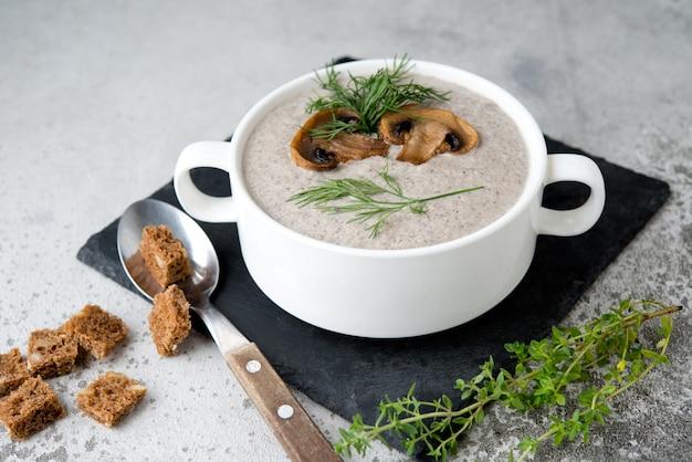 흰 접시에 버섯 샴 피 뇽 크림 스프