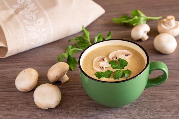 나무 테이블에 버섯 크림 수프 비타민 항산화 제와 섬유질이 풍부한 건강 식품