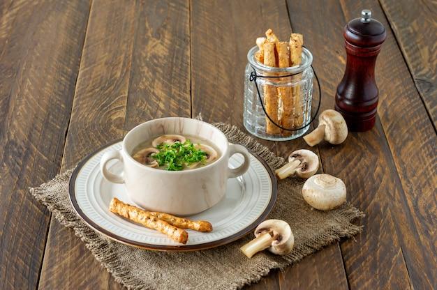 나무 테이블에 버섯 크림 수프입니다. 비건 음식. 다이어트 메뉴.
