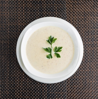 흰 그릇에 크림 버섯 크림 스프